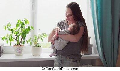 vrouwenholding, een, baby, in, haar, armen