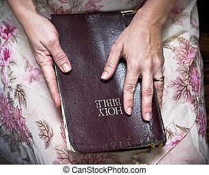vrouwenholding, een, bijbel, in, haar, schoot