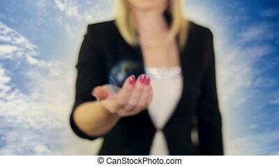 vrouwenholding, een, globe, in, haar, hand