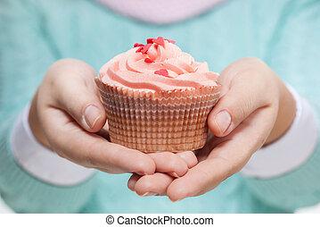vrouwenholding, een, roze, cupcake, op wit