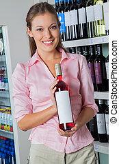 vrouwenholding, fles, van, alcohol, op, supermarkt