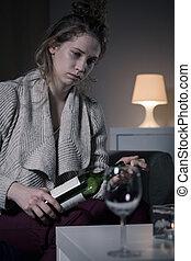 vrouwenholding, fles van wijn