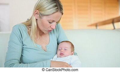 vrouwenholding, haar, baby, in, haar, armen