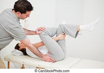 vrouwenholding, haar, been, terwijl, wezen, gemanipuleerd