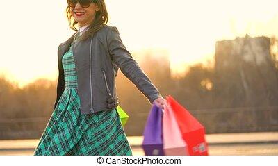 vrouwenholding, haar, het winkelen zakken, in, haar, hand