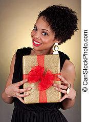 vrouwenholding, jonge, amerikaan, cadeau, afrikaan