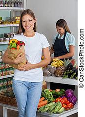 vrouwenholding, kruidenierswinkelzak, op, supermarkt
