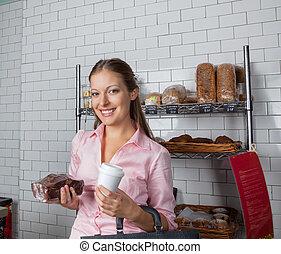 vrouwenholding, taart, en, koffiekop, op, supermarkt