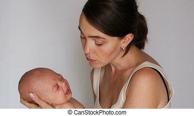 vrouwenholding, terwijl, het schreeuwen, omhelzingen, baby, hem