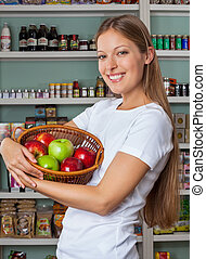 vrouwenholding, vruchten, mand, op, supermarkt