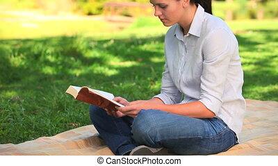 vrouwenlezing, buitenshuis, zittende