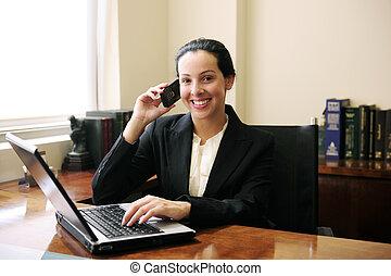 vrouwlijk, advocaat, op, kantoor, het spreken op de telefoon, en, gebruikende laptop