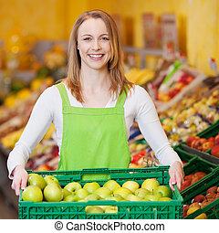 vrouwlijk, arbeider, verdragend, apple's, krat, in, grocery...