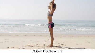 vrouwlijk, atleet, doen, oefening, op, strand