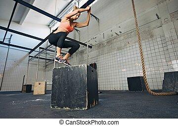 vrouwlijk, atleet, is, gedresseerd, doosje, springt, op, gym