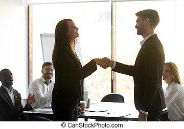 vrouwlijk, baas, handshaking, directeur, vrolijke , werknemer, trots, krijgen, mannelijke , bevorderde