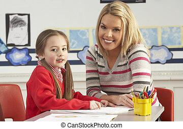 vrouwlijk, basisschool, pupil, en, leraar, aan het werk op het bureau, in, klaslokaal