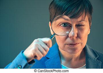 vrouwlijk, belasting, inspecteur, met, vergrootglas
