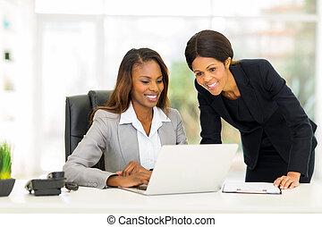 vrouwlijk, collega's, kantoor, werkende , afrikaan