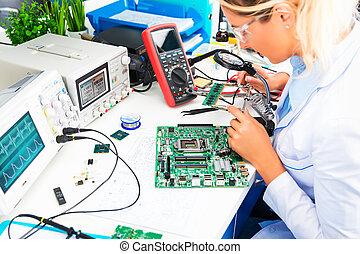 vrouwlijk, controleren, plank, circuit, laboratorium, elektronisch, ingenieur