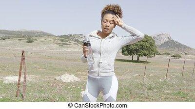 vrouwlijk, drinkwater, op, workout