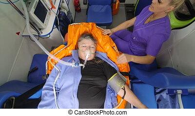 vrouwlijk, emt, paramedic, verstrekken, ziekenverzorging, om te, oude vrouw, patiënt in ziekenwagen