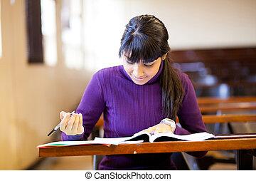 vrouwlijk, gymnasium student, studerend , in, klaslokaal