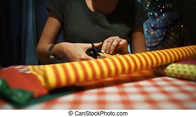 vrouwlijk, holle weg, gele, met, oranje gallonen, wikkelend...