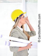 vrouwlijk, ingenieur, met, helm, en, blauwdruken, op, zakenkantoor