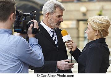vrouwlijk, journalist, met, microfoon, het interviewen,...