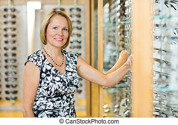 vrouwlijk, klant, het selecteren, bril, in, opticien, winkel