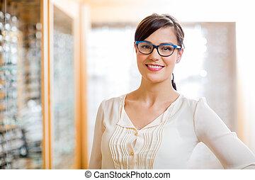 vrouwlijk, klant, het voeren bril, in, winkel