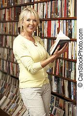 vrouwlijk, klant, in, boekhandel