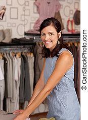 vrouwlijk, klant, kies, kleren, op het bureau, in, boutique