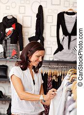 vrouwlijk, klant, kijken naar, kleren