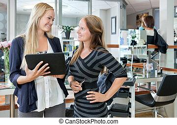vrouwlijk, klant, met, digitaal tablet