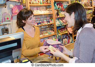 vrouwlijk, klant, vervaardiging, kaart, betaling, op, speelbal opslag