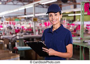 vrouwlijk, kledingsfabriek, arbeider, met, klembord