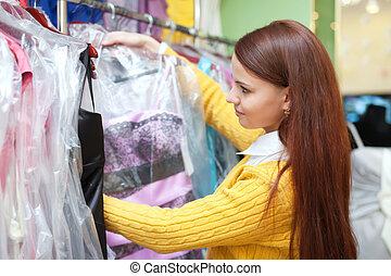 vrouwlijk, koper, chooses, galajurk, op, winkel