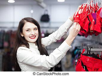 vrouwlijk, koper, kies, bustehouder, op, de opslag van de kleding