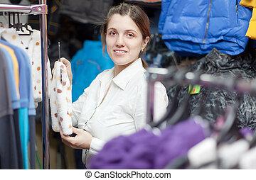 vrouwlijk, koper, op, de kleding van kinderen, winkel