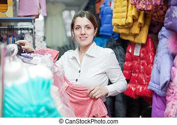 vrouwlijk, koper, op, de opslag van de kleding