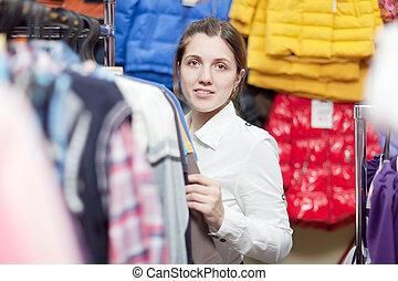 vrouwlijk, koper, op, kleding winkel