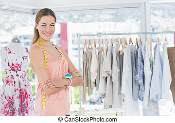 vrouwlijk, manierontwerper, met, rek, van, kleren, in, winkel