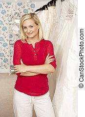 vrouwlijk, omzet assistent, in, bridalwear, winkel
