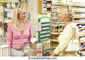 vrouwlijk, omzet assistent, in, gezondheid voedsel winkel