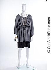 vrouwlijk, paspop, in, extravagant, grijze , tunic.
