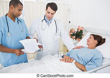 vrouwlijk, patiënt, bezoeken, artsen