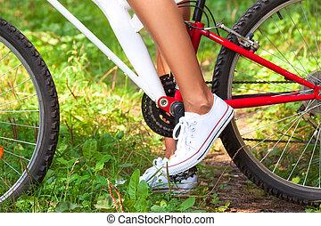 vrouwlijk, pedaal, witte , schoen, voet, fiets