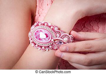 vrouwlijk, roze, armband, techniek, soutache, op, hand